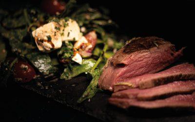 Salat mit Fetakäse und Straußenfilet / Straußensteak